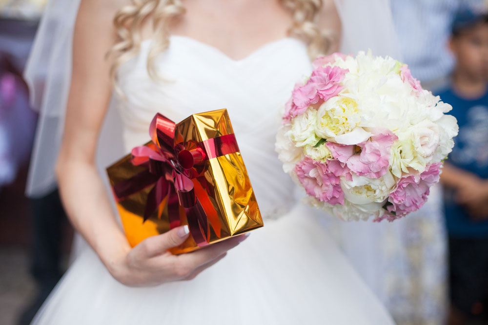 save money on wedding gifts
